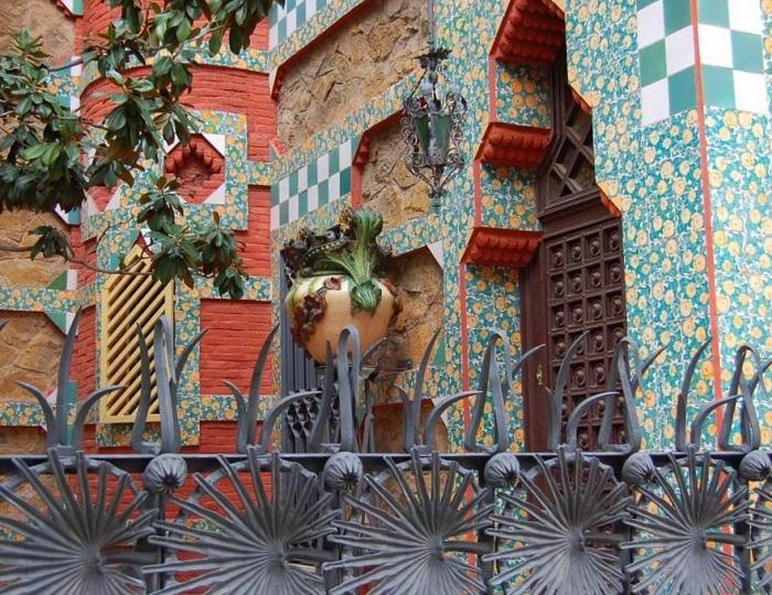 Благодаря цветочным мотивам весь комплекс гармонично вписался в городской парк (Casa Vicens).